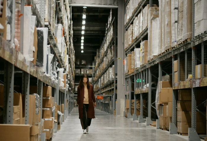 stratégie développement commerce stockage de marchandise entrepot logistique étagères emballage