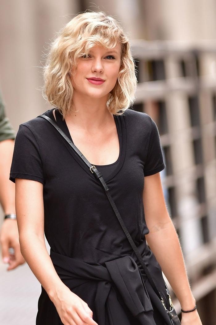t shirt noir frange bouclée coupe de cheveux carré plongeant coloration blonde rouge a lèvre rouge