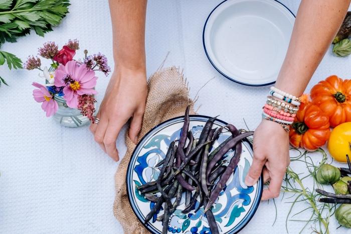 table nappe blanche brins herbes bouquet de fleurs assiette ronde blanc et bleu motifs table déco