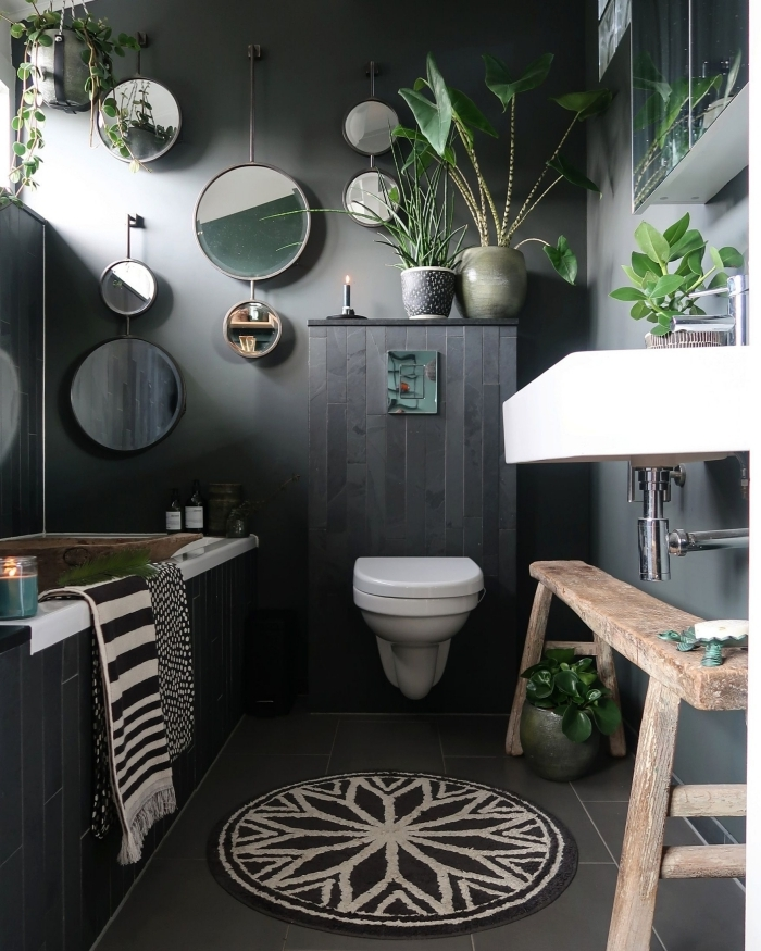 tapis de bain rond mandala blanc et noir plantes vertes d intérieur deco wc noir mur miroirs ronds