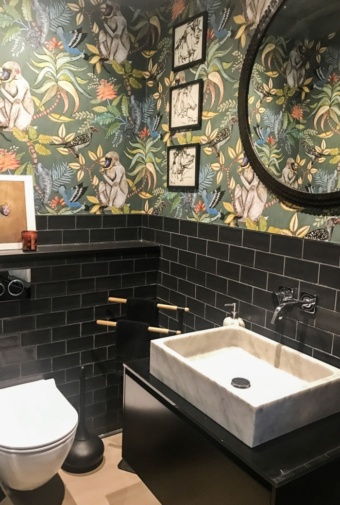 tapisserie toilette papier motifs jungles et animaux carrelage metro noir évier blanc cuvette suspendue