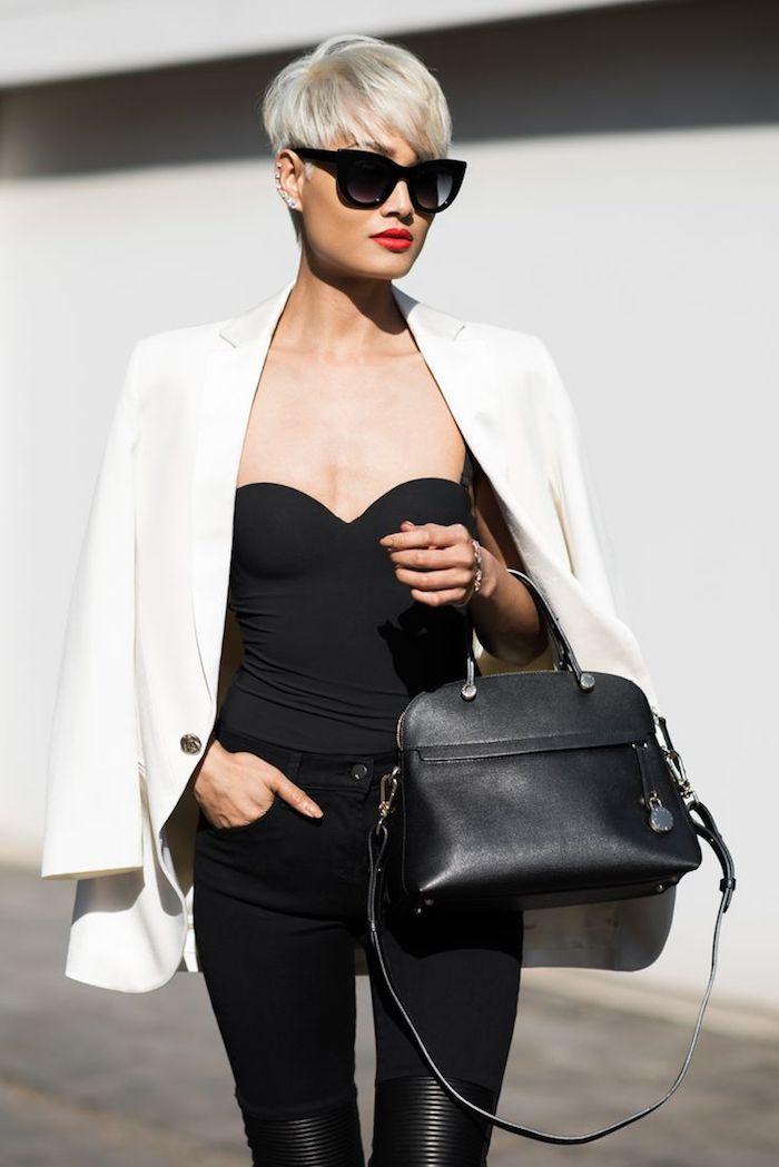 tendance coupe cheveux court avec frange effilée blonde femme à la veste blanche top et pantalon noirs