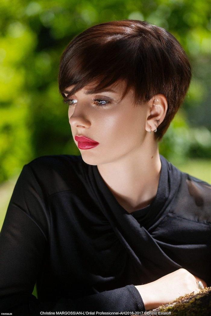 tendance coupe cheveux court marron avec frange femme à la tenue noire élégante