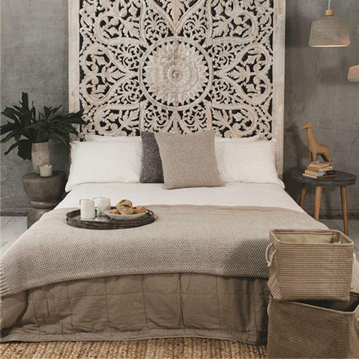 tete de lit bohème gris clair deco en gris foncé coussins en blanc beige et gris couvertures en beige