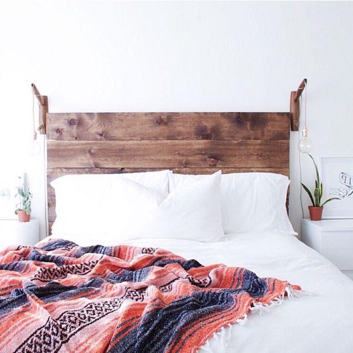tete de lit bois flotté lampes suspendues linge de lit blanc couverture en rouge et bleu mur blanc