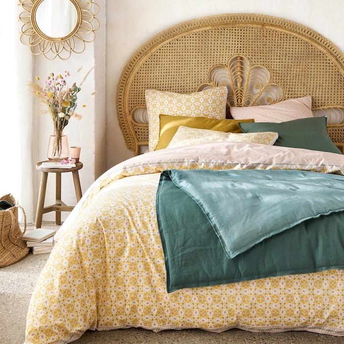 tete de lit cannage coussins et couvertures en nleu pétrole et jaune deco très stylée