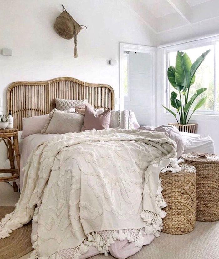 tete de lit cannage paniers en rotin couvertures et coussins en rose poudre et beige clair mur blanc