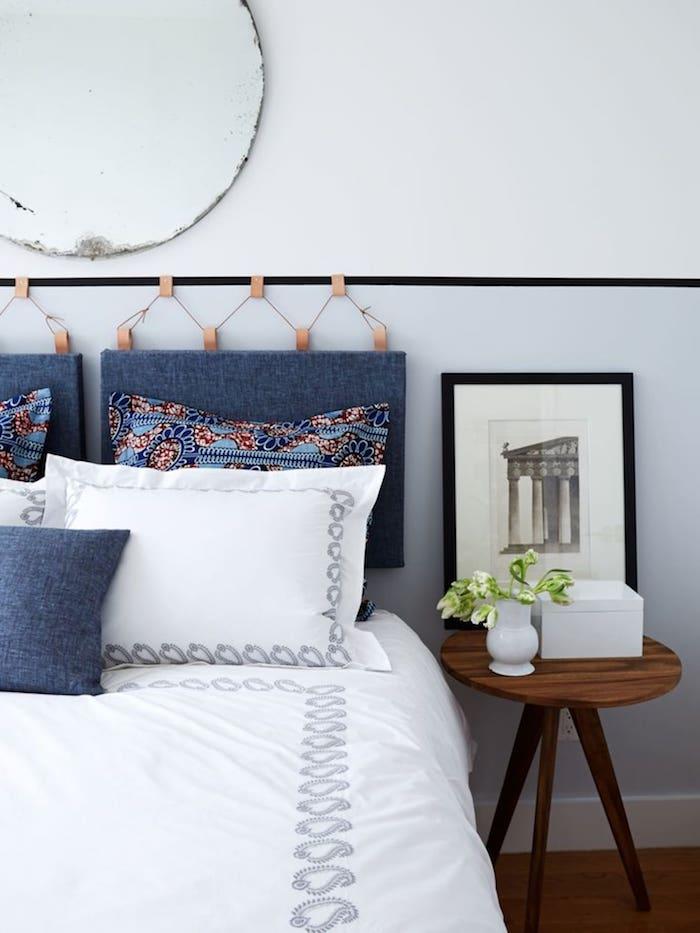 tete de lit coussin suspendu en denim linge de lit blanc éclatant table de nuit en bois foncé