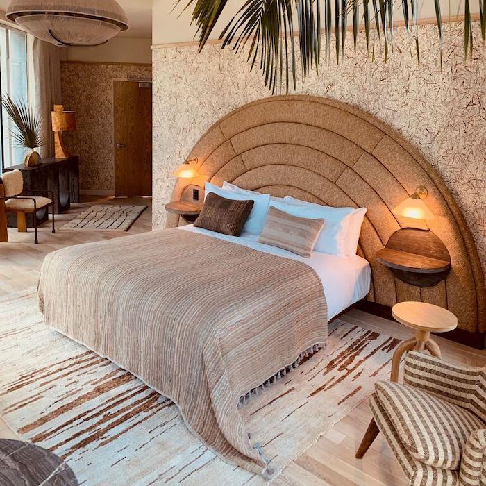 tete de lit en rotin chambre exotique couverture beige et coussins en blanc et beige palmier en deco