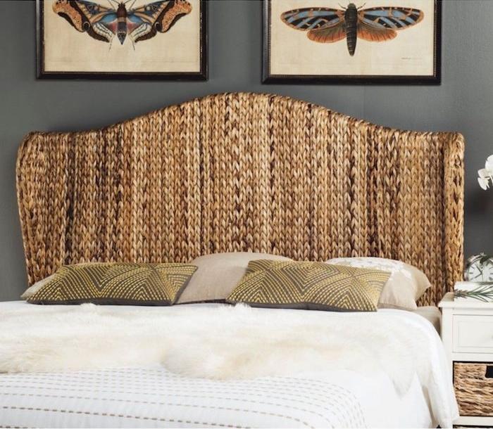 tete de lit en rotin mur gris foncé avec peintures couverture blanche en fourrure coussins verts