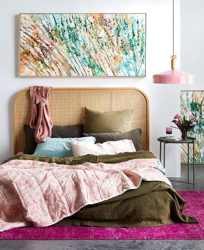 tete de lit en rotin tapis en rose vif couvertures en vert olive et rose poudre peinture multicolore