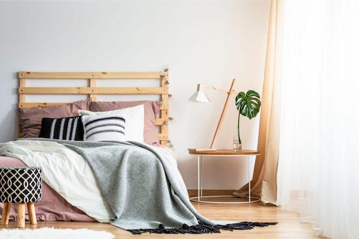 tete de lit originale fait maison couvertures blanc et gris sur linge de lit en rose poudre blanc et bois clair