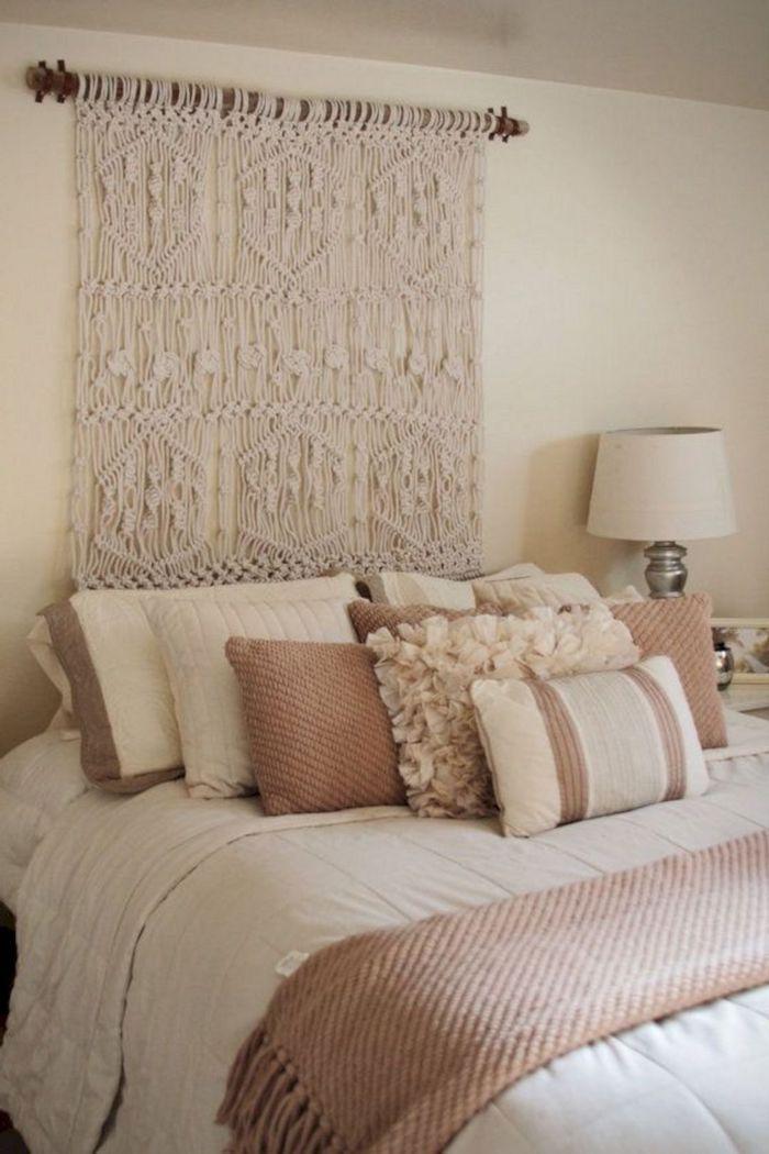tete de lit originale fait maison en macramé coussins blancs et beige