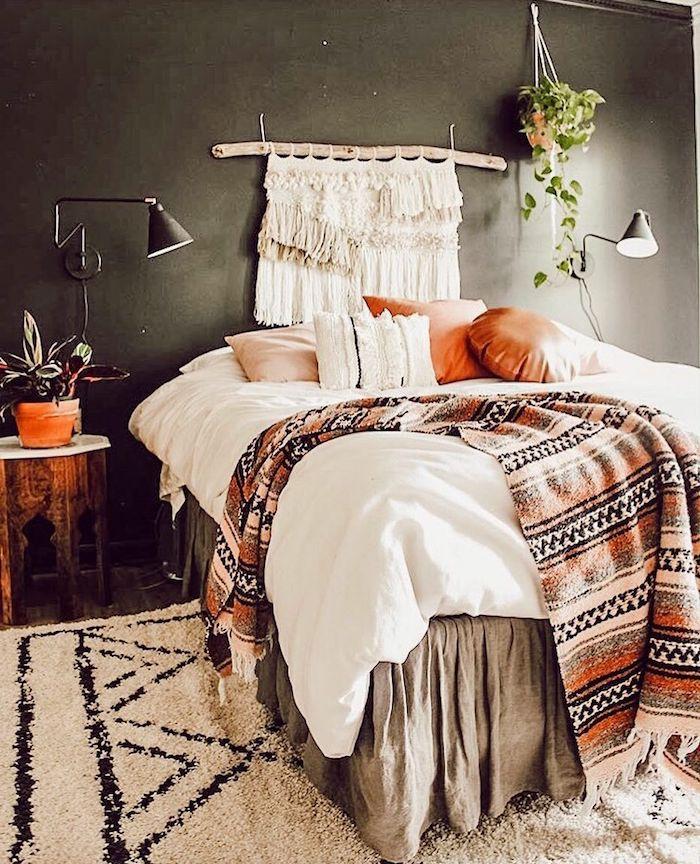 tete de lit originale fait maison en macramé sur un mur gris foncé draps dessus de lit et couvertures coussins en deco