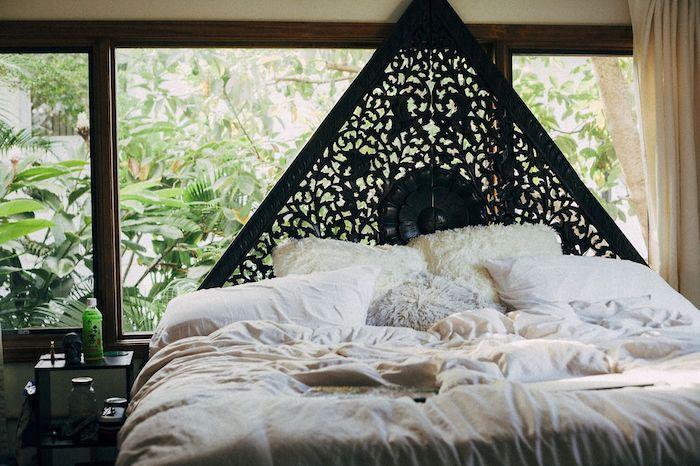 tete de lit originale noire en triangle linge de lit blanc en contraste vegetation