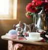 thierie marocain argenté fleurs poses sur une table a cafe