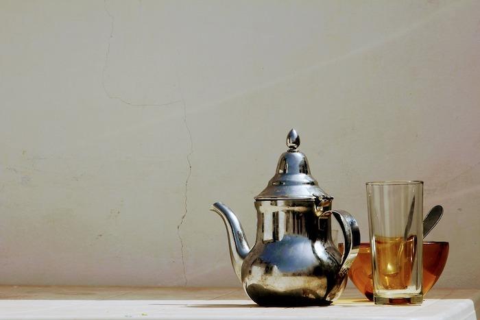 thierie maroccain en acier pose sur une table verre