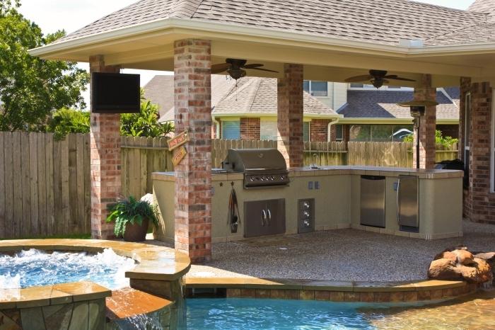 toit cuisine d été avec barbecue couverte agencement cuisine en l colonne briques jacuzzi clôture bois