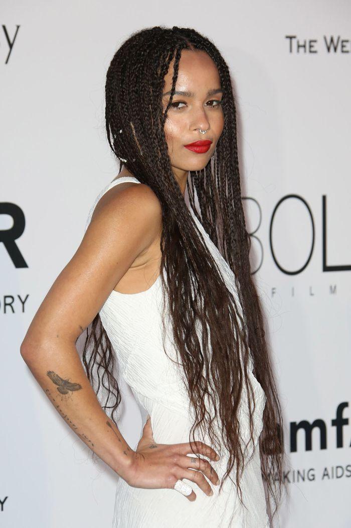 tresse africaine coupe afro femme cheveux tres long tressés avec des longueurs ondulées raie au milieu