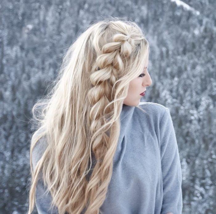 tresse sur le coté de cheveux longs blond ondulés idée de coiffure boheme chic simple a faire