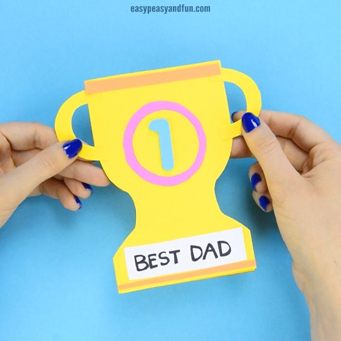 trophée meilleur papa dans papier jaune décoré d éléments de papier cadeau fête des pères à fabriquer 2 ans