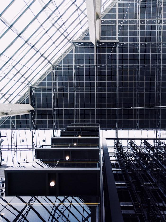 tubes en acier pour construire une batiment moderne exemple immeuble contemporain verre acier charpente