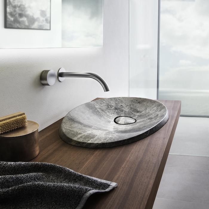 vasque de pierre naturelle plat sur meuble sous évier en bois mur blanc miroir sans cadre