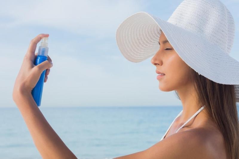 accelerateur de bronzage une fille qui utilise une crème hydratante