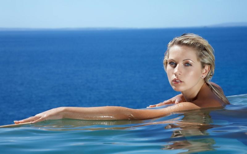 activateur de bronzage fille qui fait de la natation à la mer