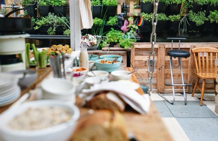 aménagement cuisine d été jardin vertical chaise bois îlot vaisselle tendances déco extérieure