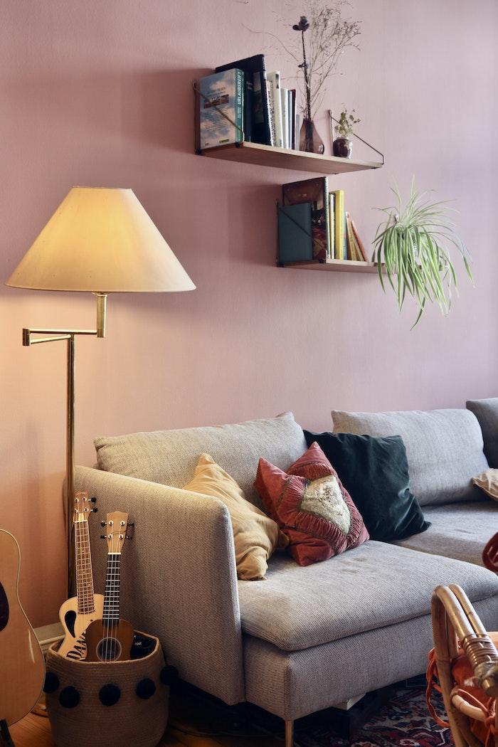 aménagement salon avec canapé gris mur rose tapis coloré et lampe laiton abat jour pour tamiser