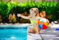 Comment aménager le tour d'une piscine ?