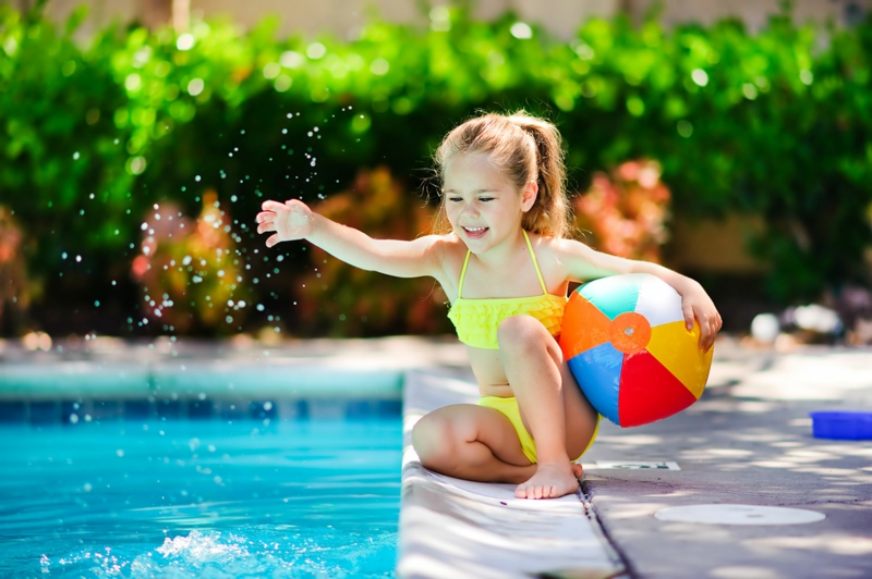 amenagement autour piscine une petite fille qui joue au bord de la piscine