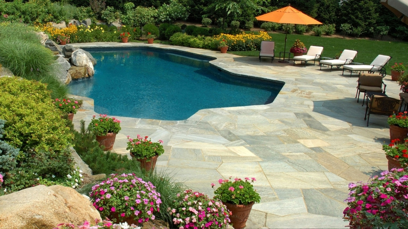 amenagement bordure piscine terrasse de piscine de pierre reconstituée