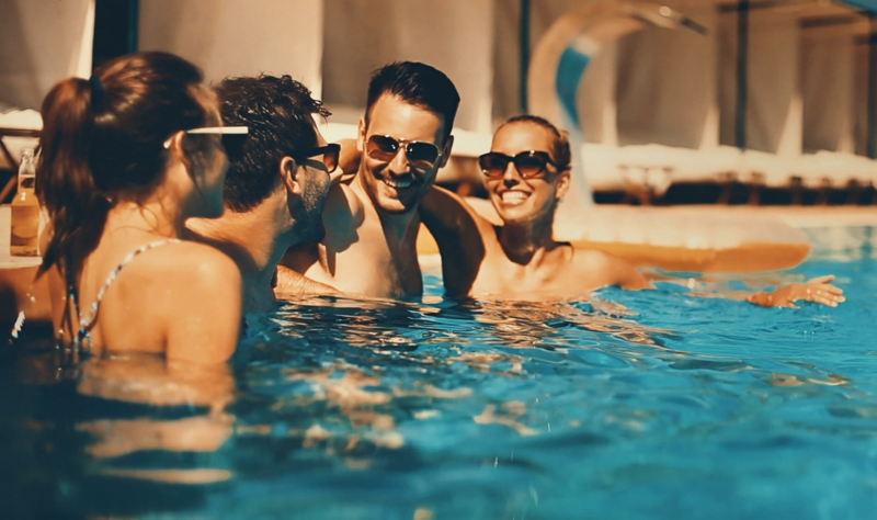 amenagement exterieur piscine des gens qui rient dans la piscine
