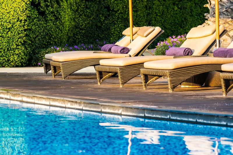 amenagement jardin piscine des transats autour d une piscine de jardin