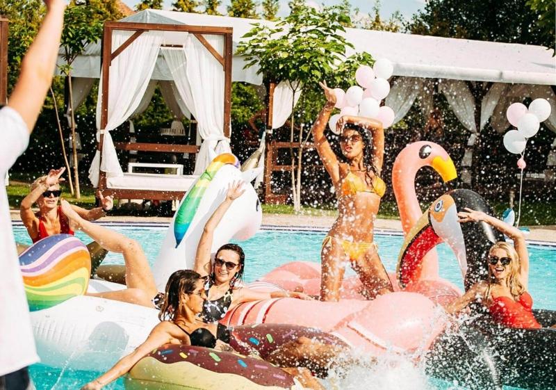 amenagement paysager autour d une piscine creusée une fête autour de la piscine