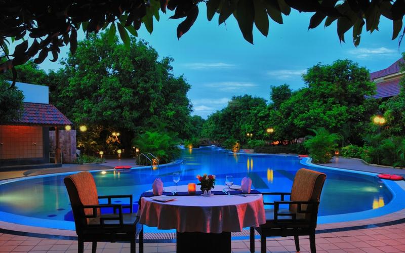 amenagement terrasse piscine dîner dans le jardin au bord de la piscine