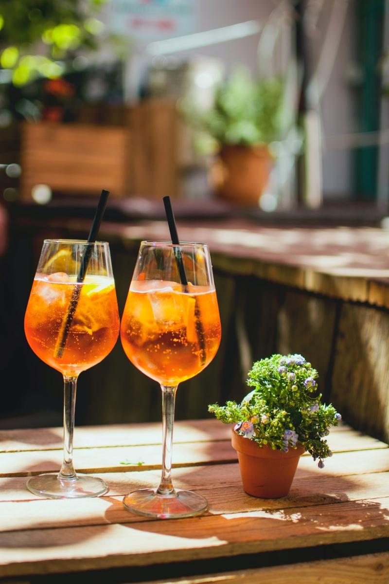 apéritif italien terrasse bois table pot terre cuite glaçons tranches orange