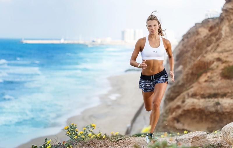 astuce pour bronzer une fille qui fait du jogging à la plage