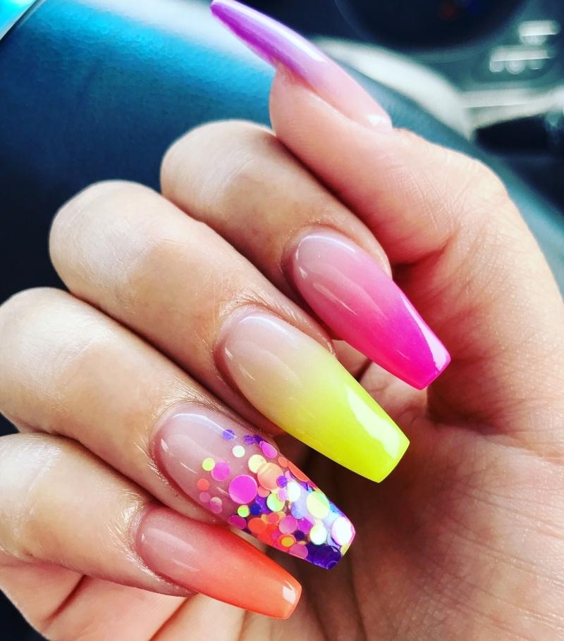 baby boomer coloré nail art tendances 2021 degradé en couleurs paillette