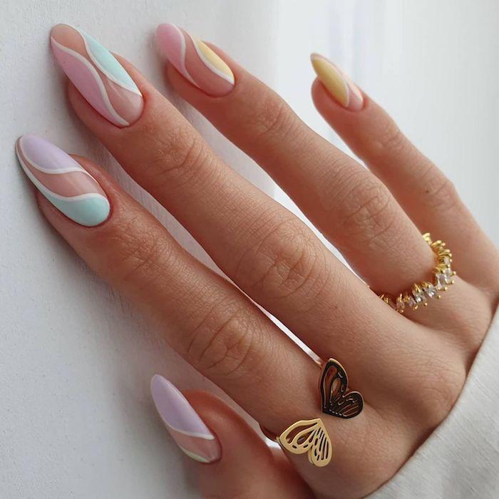 bague papillon dorée manucure en couleurs pastel ongle multicolore motifs géométriques