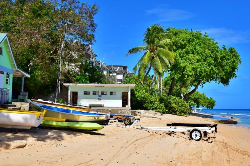 barbados ile tropicale maison colorée bâteau sable fin eaux turquoise arbres