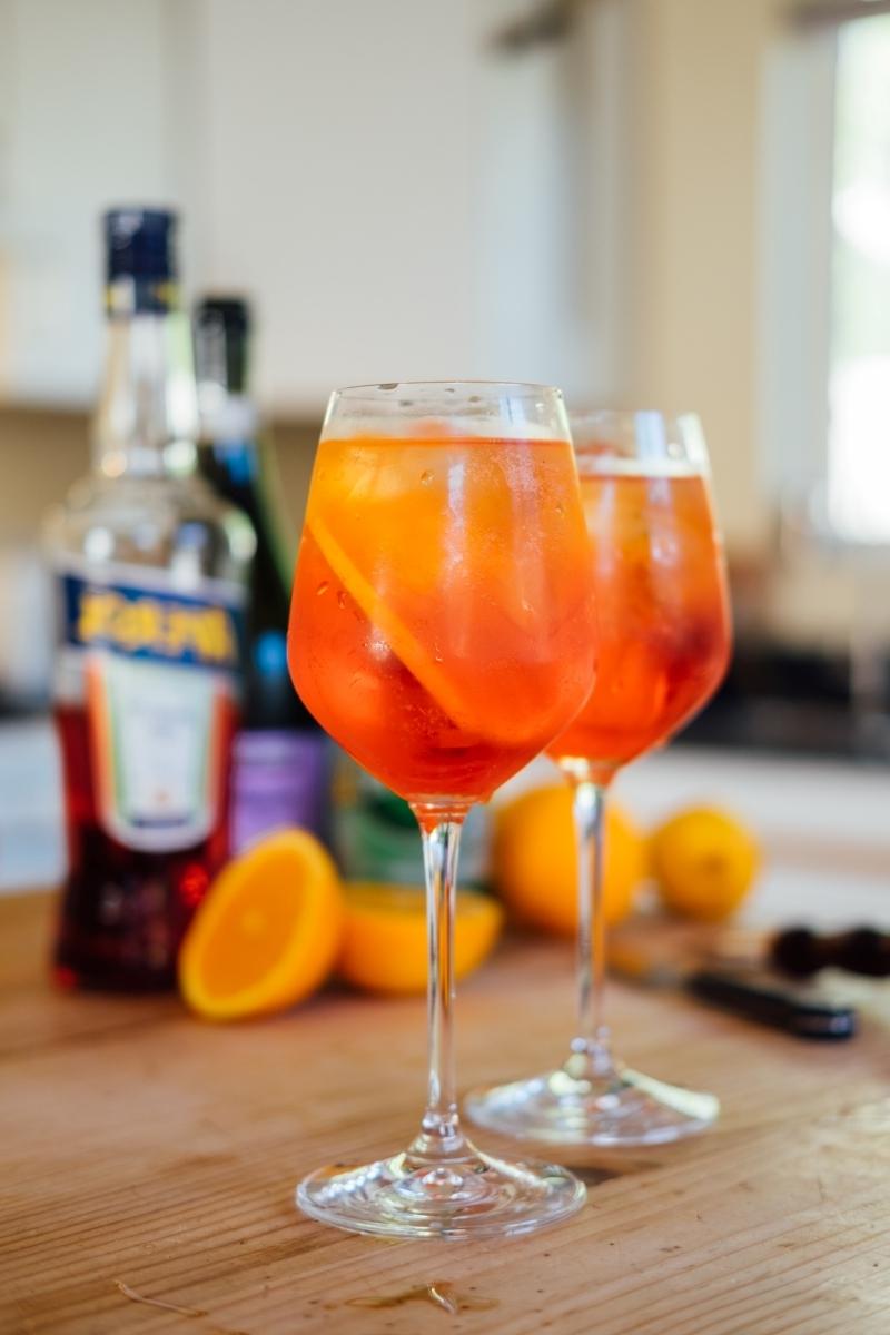 boisson italienne aperol composition bouteuille cuisine plan travail bois