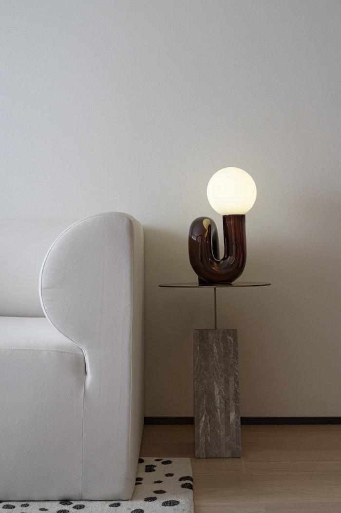 bout de canapé lampe design avec ampoule grande pied de béton