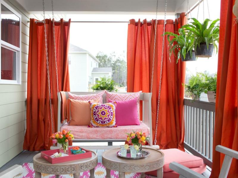 brise vue occultant une terrasse en rose et rouge avec des rideaux rouges