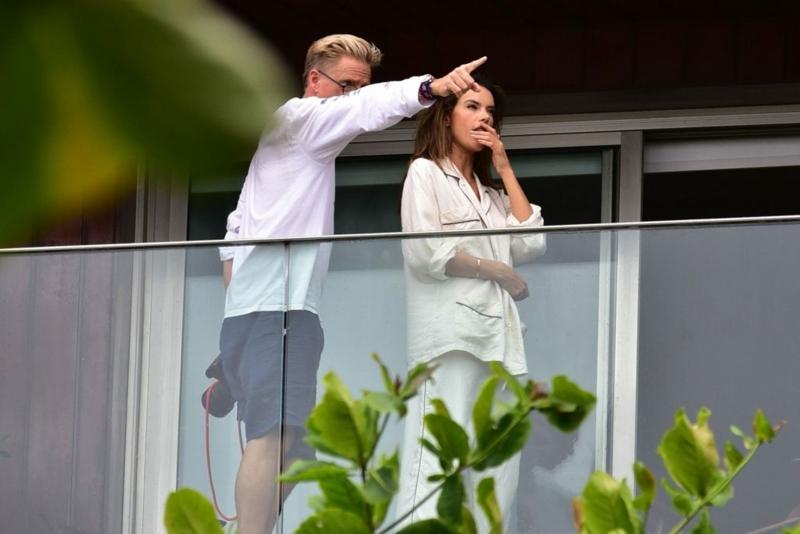 brise vue pour balcon d' appartement deux personnes curieuses sur la terrasse