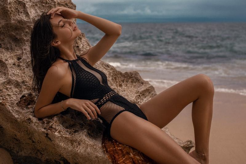 bronzage rapide une fille en maillot transbronzant à la plage