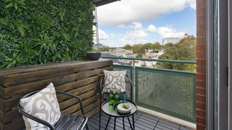 cache vue balcon une haie artificielle pour une terrasse stylée