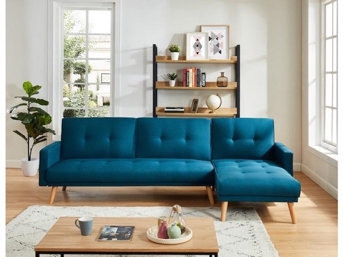 canapé pas cher en bleu et piètement boisé table basse et étagère en bois et métal noir
